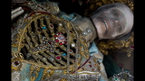 Photos: Jeweled skeleton relics show a macabre beauty - (4/15)