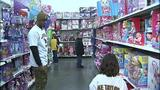 Children shop with Steelers' Ike Taylor at Walmart - (25/25)
