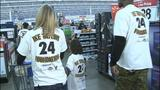 Children shop with Steelers' Ike Taylor at Walmart - (13/25)
