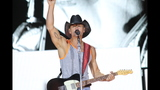 Tim McGraw, Kip Moore, Cassadee Pope perform… - (4/25)