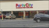 Customer says party store employee refused to fill balloon order after learning it's for officer
