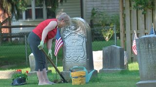 Volunteers decorate veterans